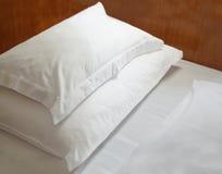 Подушки на деревянной кровати Стоковое Изображение RF
