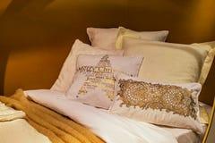 Подушки на кровати Стоковое Фото