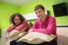 подушки пар сидят софа Стоковые Изображения
