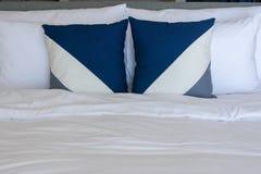 Подушки устанавливая на белые постельные принадлежности листа Стоковое фото RF