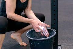 Подходящая молодая женщина беля ее руки мелом стоковые фотографии rf