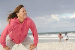 подходящая счастливая здоровая напольная женщина портрета стоковое изображение rf