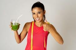 Подходящая dieting тренировка женщины и выпивая vegetable зеленый smoothie чувствуя хороший о освобождать вес стоковые фото