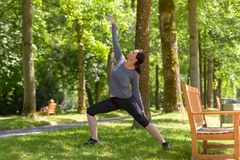 Подходящая sporty зрелая женщина делая тренировки йоги Стоковое Фото