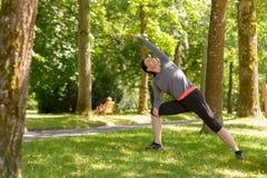 Подходящая sporty зрелая женщина делая тренировки йоги Стоковое Изображение