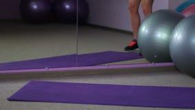 Подходящее дно sportive женщины приходя к спортзалу для работать, активная здоровая жизнь сток-видео