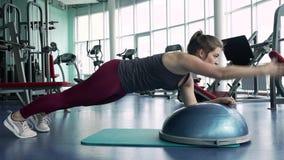 Подходящее женское положение в положении планки, тренируя мышцах ядра акции видеоматериалы