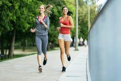 Подходящие женщины jogging outdoors Стоковое фото RF