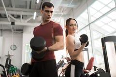 Подходящие пары представляя в спортзале Стоковые Изображения RF