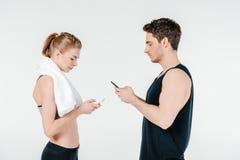 Подходящие пары смотря smartphones Стоковое Фото