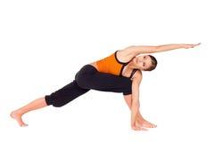 подходящие практикуя детеныши йоги женщины Стоковое фото RF