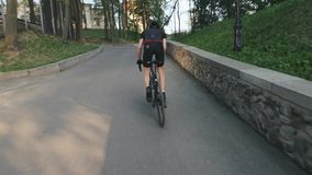 Подходящий атлетический sprinting велосипедиста гористый Следовать съемкой Сильные мышцы ноги поворачивая педали Задействуя трудн видеоматериал