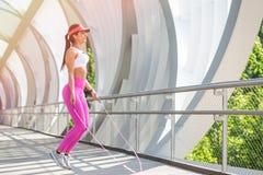 Подходящий бегун женщины нагревая outdoors Стоковая Фотография RF