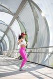 Подходящий бегун женщины нагревая outdoors Стоковое Изображение RF