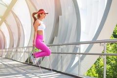 Подходящий бегун женщины нагревая outdoors Стоковое фото RF