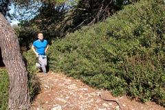 Подходящий человек бегуна jogging для фитнеса бежать на бежать следе в красивой природе ландшафта outdoors Стоковые Изображения