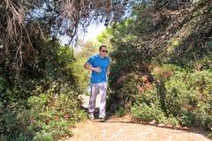 Подходящий человек бегуна jogging для фитнеса бежать на бежать следе в красивой природе ландшафта outdoors Стоковые Изображения RF