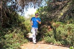 Подходящий человек бегуна jogging для фитнеса бежать на бежать следе в красивой природе ландшафта outdoors Стоковая Фотография
