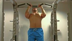 Подходящий человек делая тягу поднимает в студии фитнеса видеоматериал
