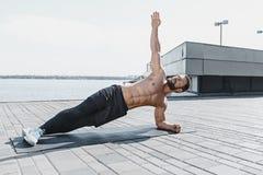 Подходящий человек фитнеса делая фитнес работает outdoors на городе стоковая фотография