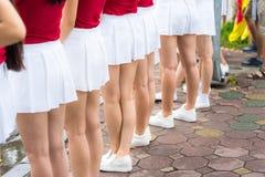 3 подходящих сексуальных красивых спортсмена молодых женщин в женское бельё и ботинки стоя собранный совместно показывающ их тони Стоковое фото RF