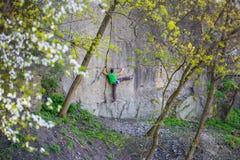 Подъемы альпиниста на утесе Стоковые Фото