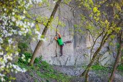 Подъемы альпиниста на утесе Стоковое Фото