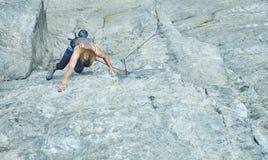 Подъемы альпиниста утеса женщины на скале Стоковое фото RF