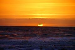 Подъем и океанская волна Солнця Стоковые Фото