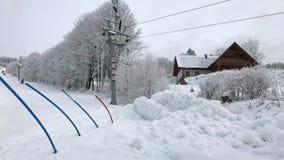 Подъем лыжи на лыжный курорт, родителя с ребенком поднимается вверх на подвесной подъемник видеоматериал