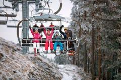Подъем лыжи транспортирует лыжников и snowboarders семьи на снежное moun Стоковая Фотография RF