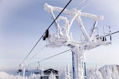 Подъем лыжи, фуникулер фуникулярный с открытой кабиной на предпосылке стоковая фотография rf