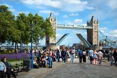 Подъем моста башни в Лондон Великобританию Стоковые Изображения RF