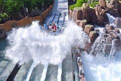 Подъем на борту вашего сплотка для путешествия открытия вниз с этого потерянного реки джунглей на теме Seaworld стоковое фото