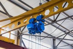 Подъем промышленного крана в мастерской фабрики Стоковые Изображения RF