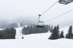 Подъем стула в снежный саммит горы Стоковые Фото