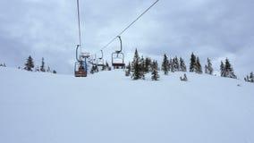 Подъем стула на лыжный курорт на пасмурной погоде сток-видео