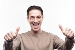 Подъём средн-постарело человек представляя и показывая большие пальцы руки вверх стоковая фотография
