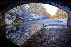 Под взглядом моста замороженного канала Бирмингема Стоковая Фотография