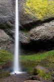 под водопадом человека стоящим стоковое фото rf