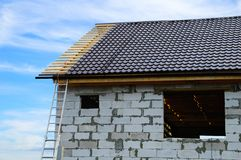 Под домом конструкции бетонных плит стоковые изображения