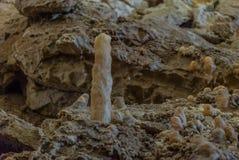 Под землей Красивый вид сталактитов и сталагмитов в подземном cavern - новой пещеры Athos священнейше стоковые фото