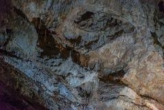 Под землей Красивый вид сталактитов и сталагмитов в подземном cavern - новой пещеры Athos священнейше стоковые фотографии rf