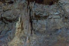 Под землей Красивый вид сталактитов и сталагмитов в подземном cavern - новой пещеры Athos священнейше стоковые изображения rf