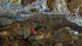 Под землей Красивый вид сталактитов и сталагмитов в подземном cavern - новой пещеры Athos священнейше стоковая фотография