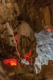Под землей Красивый вид сталактитов и сталагмитов в подземном cavern - новой пещеры Athos священнейше стоковые изображения