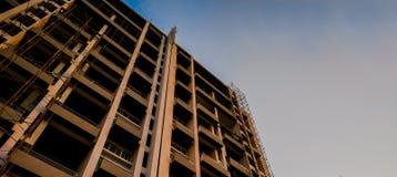 под конструкцией построение от нижнего угла с голубым небом можно использовать как предпосылка & x28; 4000 x 1790 стоковое фото rf