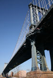 под мостом manhattan стоковые изображения