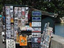 Под открытым небом книжный магазин показывает открытки и другие сувениры Стоковое Фото