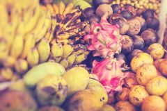 Под открытым небом рынок плода в деревне в Бали Селективный фокус стоковое фото rf